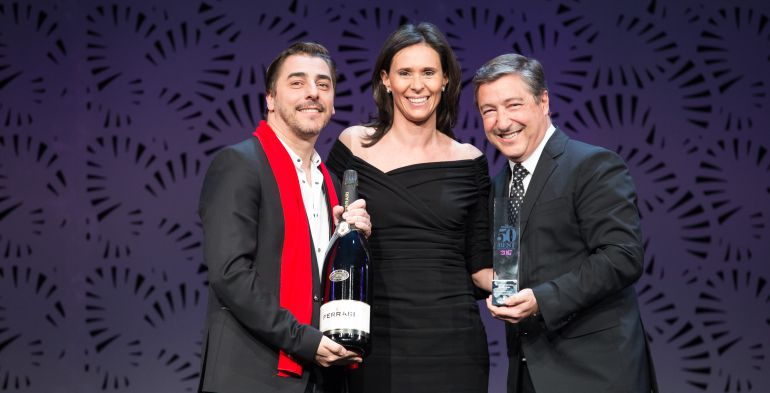 Jordi Roca i Joan Roca recollint el guardó que els acredita com a segon millor restaurant del món.