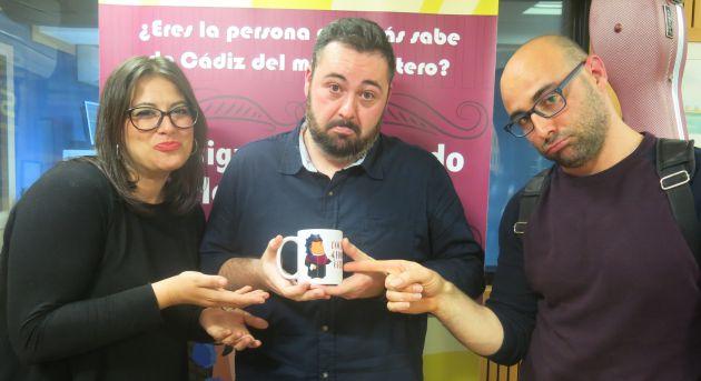 Milián Oneto y Sergio Carrillo entregan la taza de consolación del concurso de Radio Cádiz a un apenado Diego Marchán