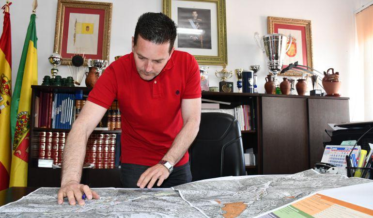 Francisco J. Benítez, alcalde de Cartajima, en su despacho del Ayuntamiento.