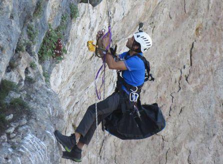 Es necesario un equipo de escalada para acceder a los cortados donde se encuentran los nidos