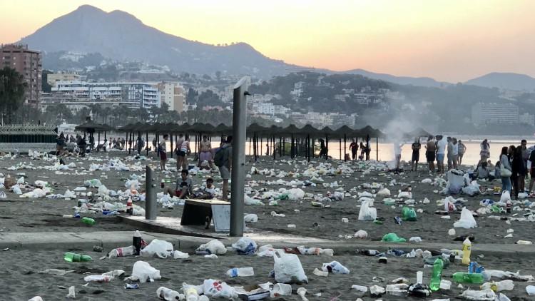 Así han amanecido las playas de Málaga tras la noche de San Juan