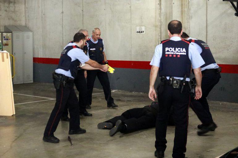 Agents dels Mossos d'Esquadra fan pràctiques amb la pistola elèctrica
