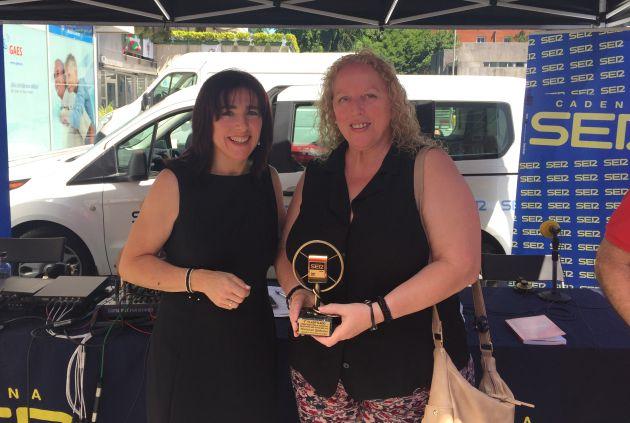 Isabel Ayer entrega el tercer premio a Txelo Goikoetxea, la madre de Mariasun Quiñones