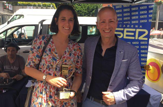 Cristina, mujer de Kako Aranburu, recoge el primer premio de manos de Oscar Téllez, director de la Cadena SER en Gipuzkoa