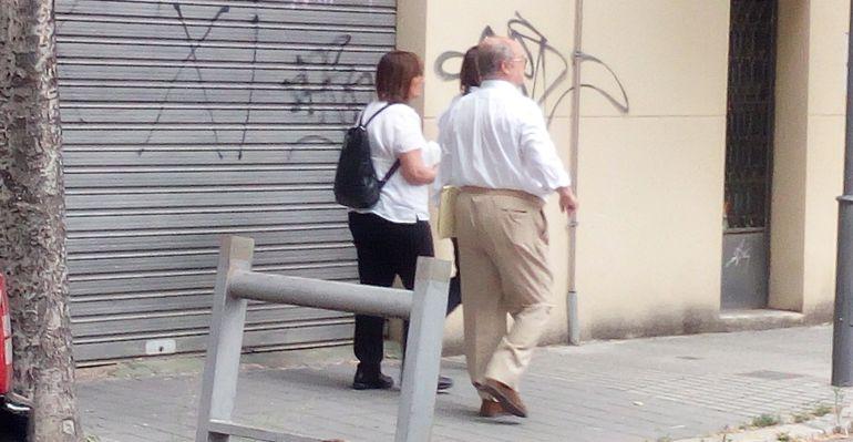 José Merino abandonando los Juzgados con su hija, Alicia Merino.