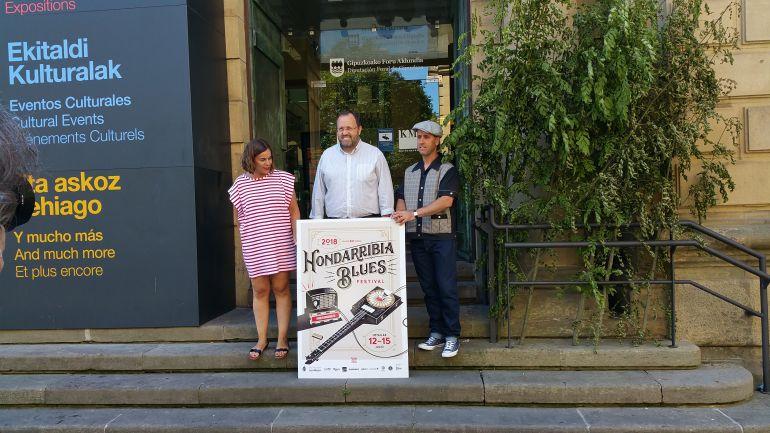 María Serrano, delegada de Turismo, Txomin Sagarzazu, alcalde de Hondarribia y Carlos Malles, director de Festival, en la presentación de la décimo tercera edición.