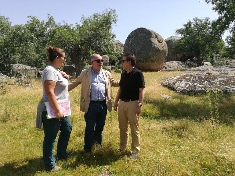 Clara Martín junto al delegado territorial Javier López-Escobar y el alcalde de Ortigosa Juan Carlos Caberjas durante la visita a las canteras motivo de estudio