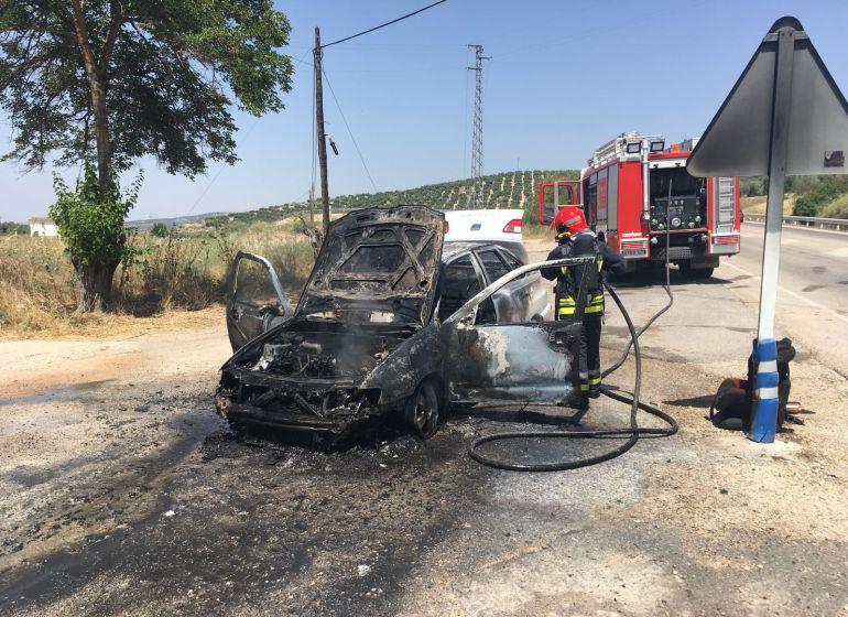 El vehiculo ha quedado completamente calcinado a pesar de que los bomberos han tardado solo 8 minutos en llegar desde el parque comarcal situado en Peal de Becerro