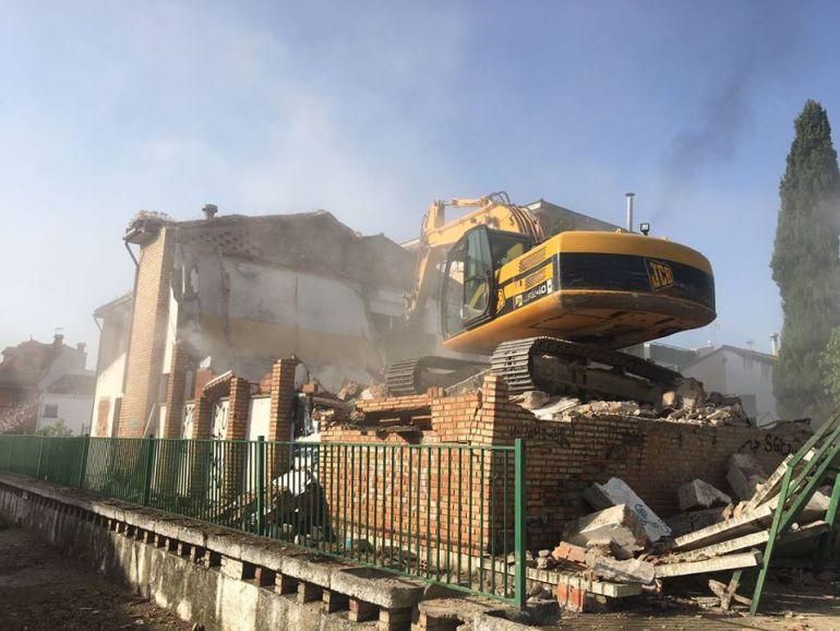 Obras de demolición en el antiguo colegio Virgen de América de Úbeda