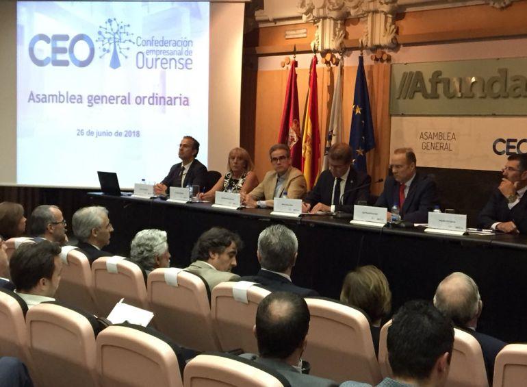 Núñez Feijoo y Pérez Canal (centro) en el cierre de la asamblea de la CEO