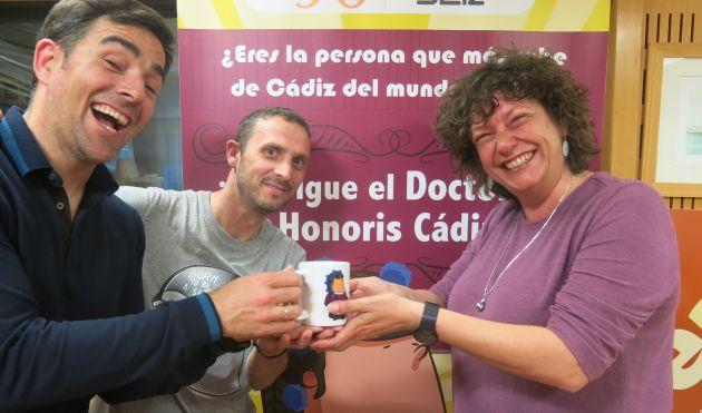 Mariló Maye recoge entre risas la taza de consolación del concurso de la mano de Dani Obregón y Pablo Gallardo