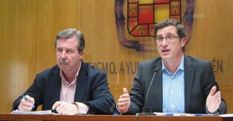 De izquierda a derecha, Miguel Ángel García Anguita y Miguel Contreras durante una rueda de prensa en su anterior etapa como concejales.