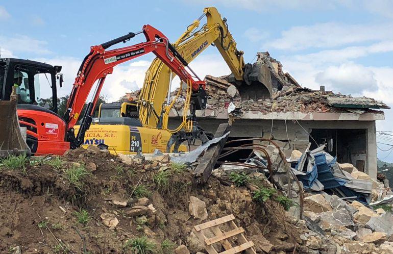 Comienzan las laboraes de retirada del amianto en la zona de Paramos afectada por la explosión pirotécnica del 23 de mayo.