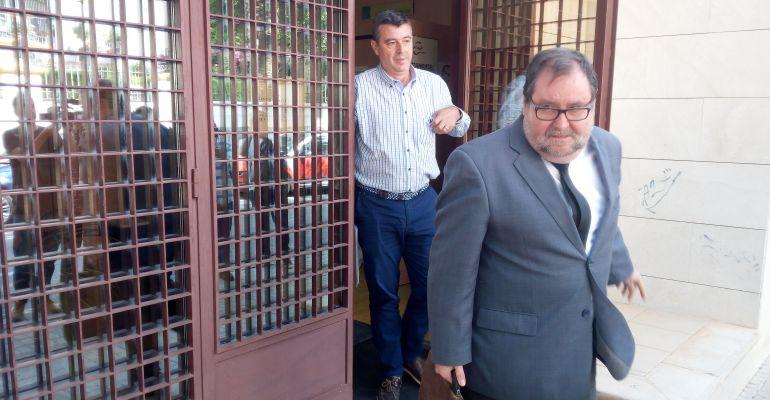 El abogado de Manuel del Moral en primer plano y detrás el exconcejal de Mantenimiento, a su salida de los Juzgados.