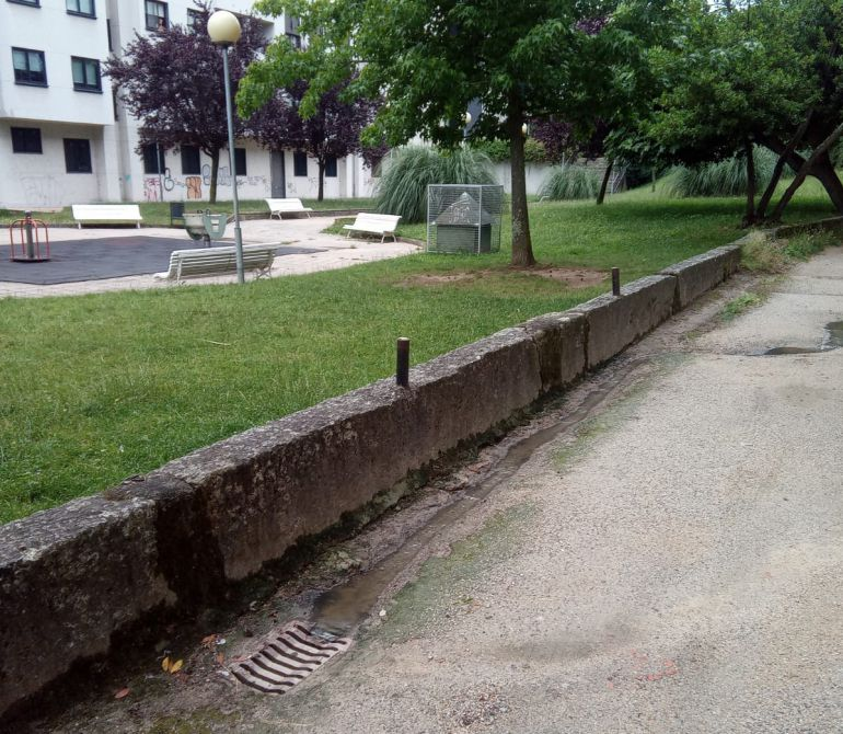 La alcantarilla vierte en las proximidades de un parque infantil