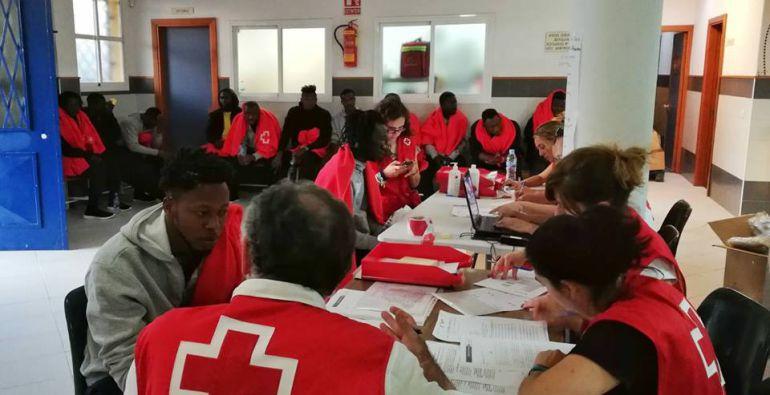 Atención de inmigrantes por parte de Cruz Roja
