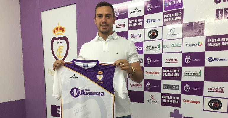 Antonio López posa con la camiseta del Real Jaén CF.