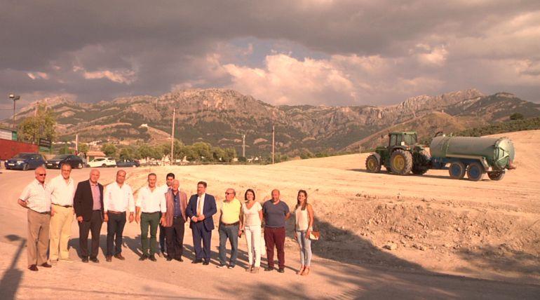 El consejero de agricultura, Rodrigo Sánchez Haro en su visita a los terrenos donde se llevaran a cabo las obras de la cooperativa de Cazorla