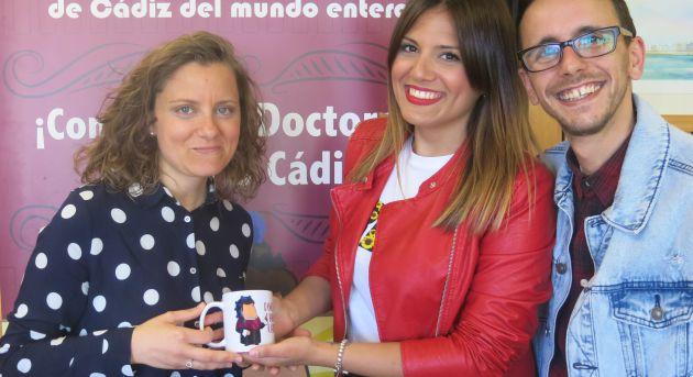 Amanda Real recoge la taza del concurso de la mano de Miriam Ballesteros y Fran Rueda