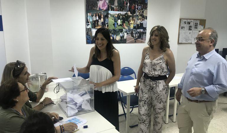 Miembros del PP de Ronda votando en la sede local del partido