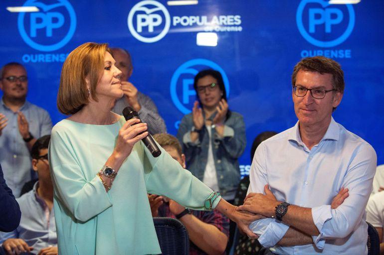 La candidata a la Presidencia del PP María Dolores de Cospedal y el presidente del PP de Galicia, Alberto Núñez Feijóo, durante el acto con afiliados celebrado en la sede del partido en Ourense.