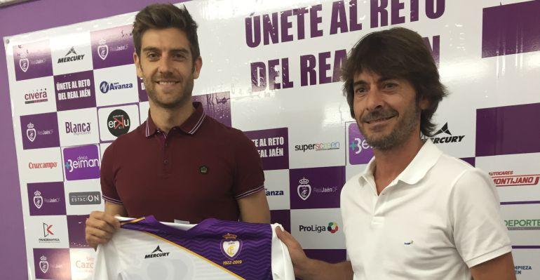 Javi Pérez con Salvador Márquez en la presentación del primero como futbolista del Real Jaén.