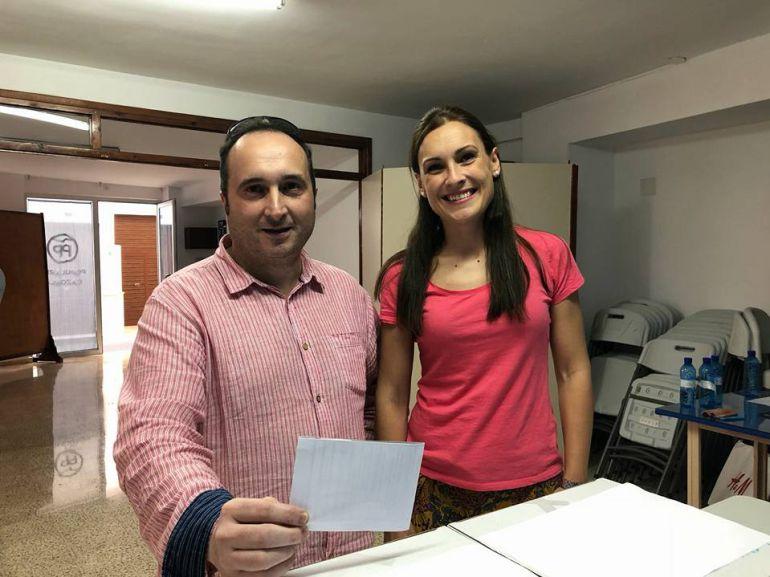 La coordinadora comarcal del PP, Maria José Lara con José Ayala en el momento de votar en la sede del PP de Cazorla