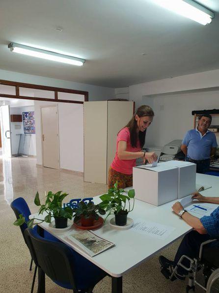 Maria José Lara vota en la sede del PP cazorleño