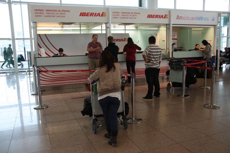 Taulells d'atenció al client d'Iberia a la T1 de l'aeroport de Barcelona