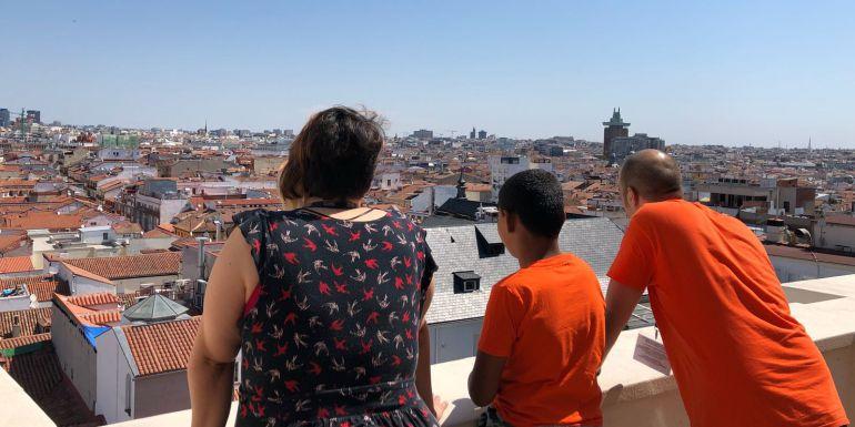 Paula, Hamza y Fernando, contemplando los tejados de Madrid desde los estudios de la SER