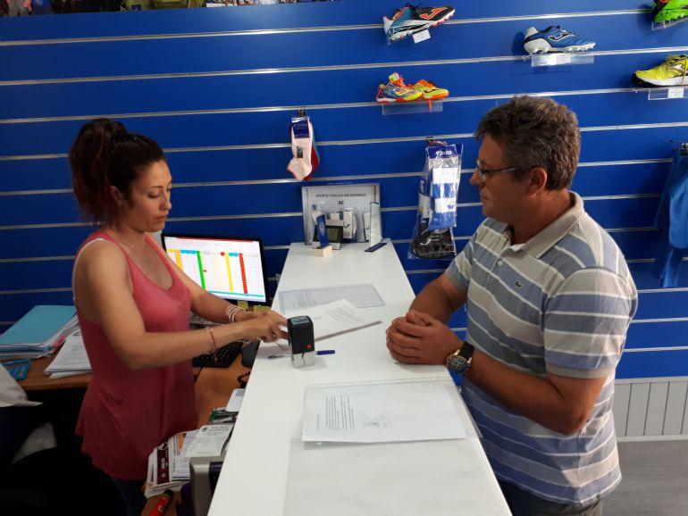 Alejandro Pascual Llorente -socio nº 581- en el mometo de presentar las firmas en la sede de la Arandina.
