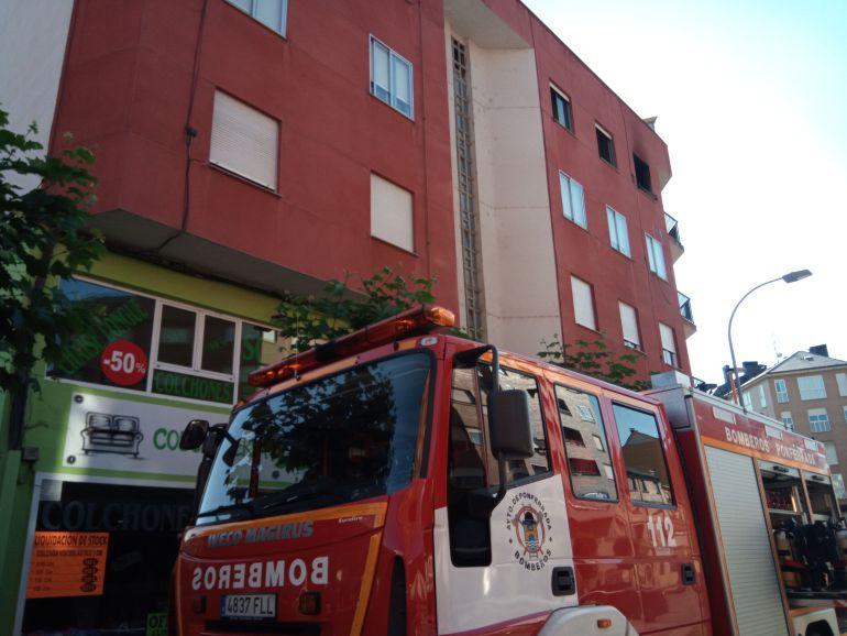 Desalojado un edificio de tres plantas por un incendio en Flores del Sil