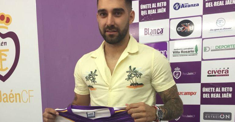Fran Hernández posa con la elástica blanca.