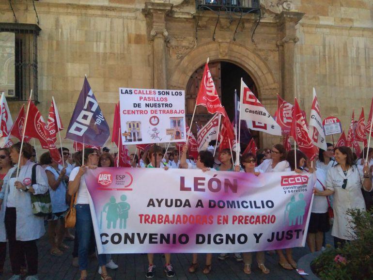 Las trabajadoras de ayuda a domicilio se han manifestado en la Plaza de Botines
