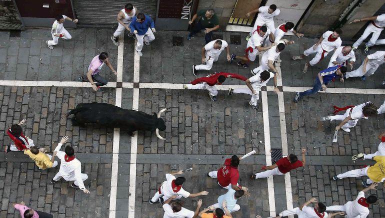 Los toros de la ganadería gaditana de Cebada Gago enfilan la calle Estafeta durante el tercer encierro de los Sanfermines 2018