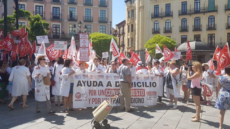 Manifestantes en la jornada de huelga del sector de ayuda a domicilio junto al Ayuntamiento de Segovia