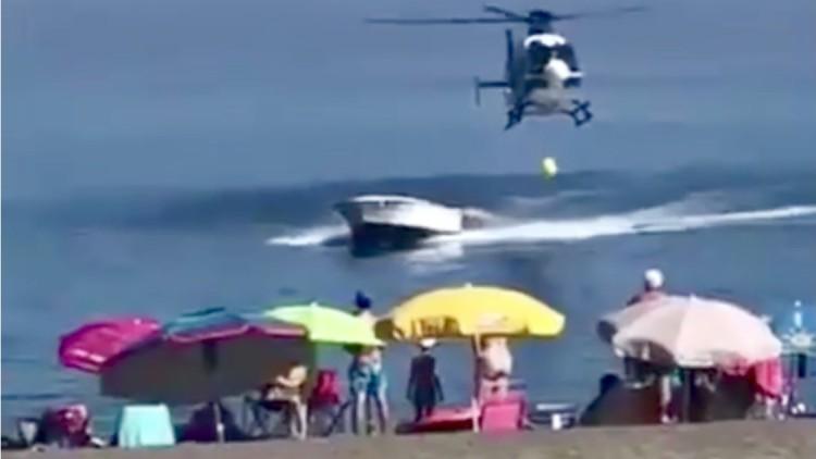 Un helicóptero de la Policía persigue a un narco en la playa de Sabinillas