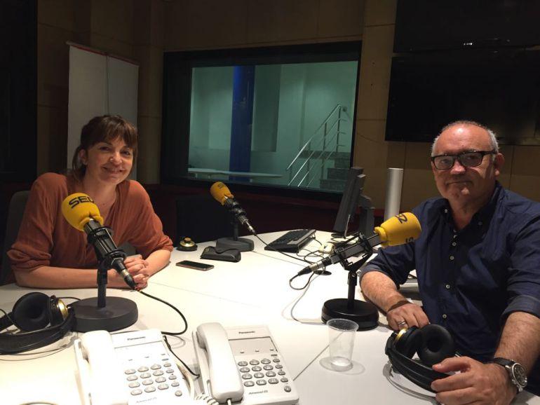 Àgata Roca i Albert Elfa, als estudis de Ràdio Barcelona.
