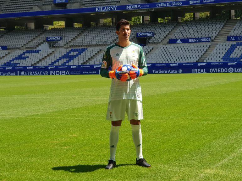 Champagne posa con la camieta del Real Oviedo