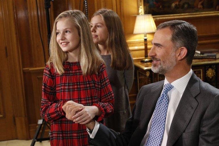 La Princesa posa con el Rey y la infanta Leonor en el despacho de su padre.