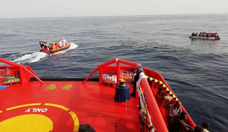 Momento del rescate en aguas de Alborán de una de las tres pateras auxiliadas
