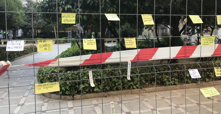 Mensajes que han dejado los ciudadanos en las vallas de las obras.