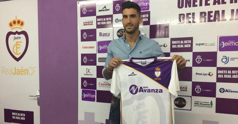 Ángel De la Calzada posa ante los medios de comunicación con la camiseta del Real Jaén CF.