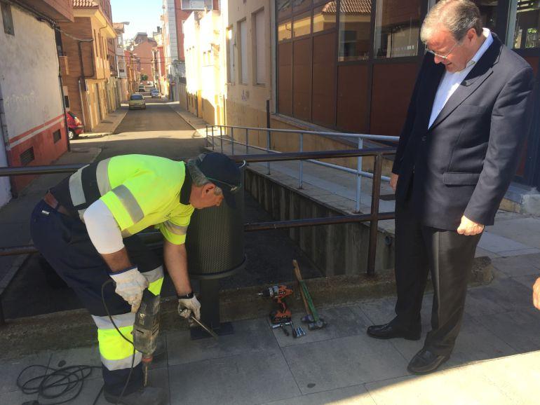 El alcalde ha supervisado el inicio de la renovación de papeleras en el barrio de Las Ventas