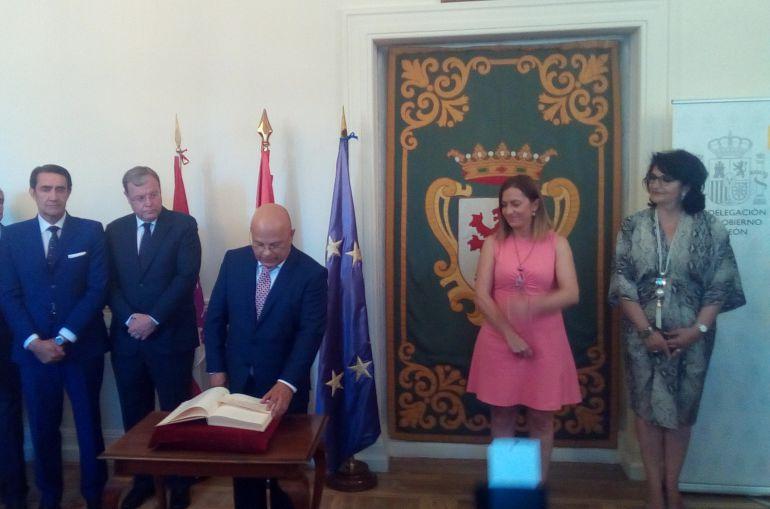 Faustino Sánchez toma posesión como nuevo Subdelegado del Gobierno en León, ante la presencia de su antecesora, Teresa Mata