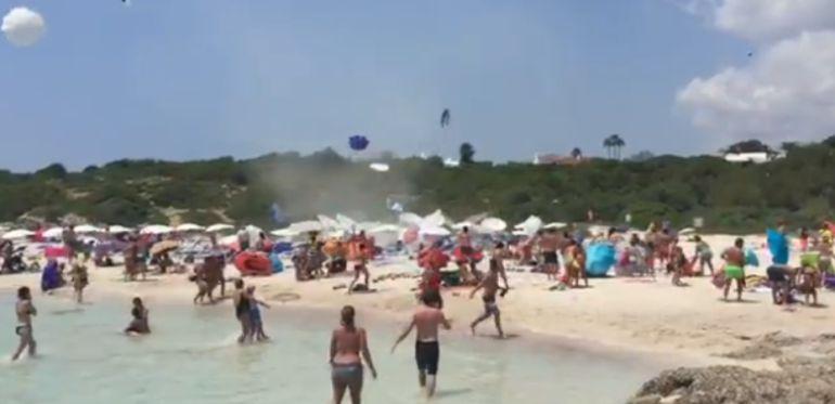Espectacular remolino en una playa de Menorca