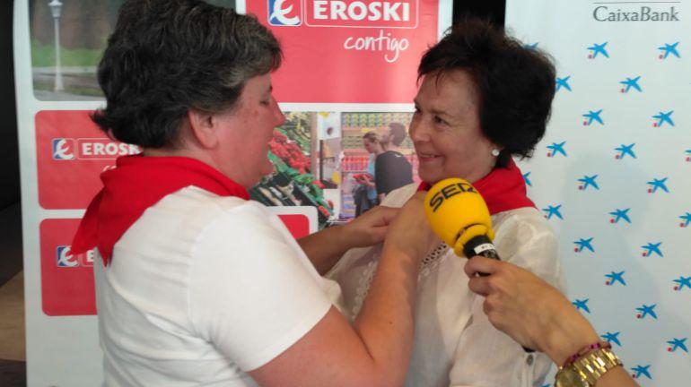 Pepita Hernández, miembro de la junta directiva del Club Tenis Pamplona, recoge el pañuelico de honor