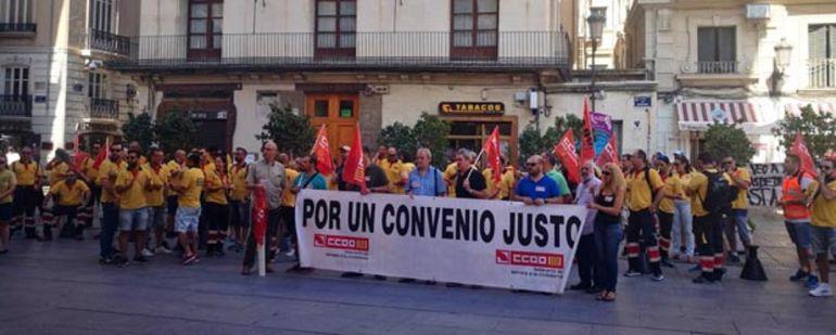 Concentración de personas por la huelga de ambulancias en Valencia
