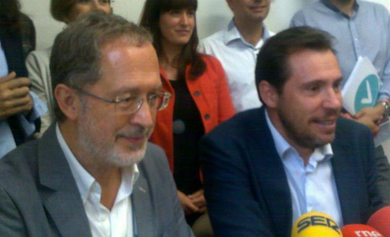 Manuel Saravia y Óscar Puente anuncian el acuerdo de gobierno el 11 de junio de 2015