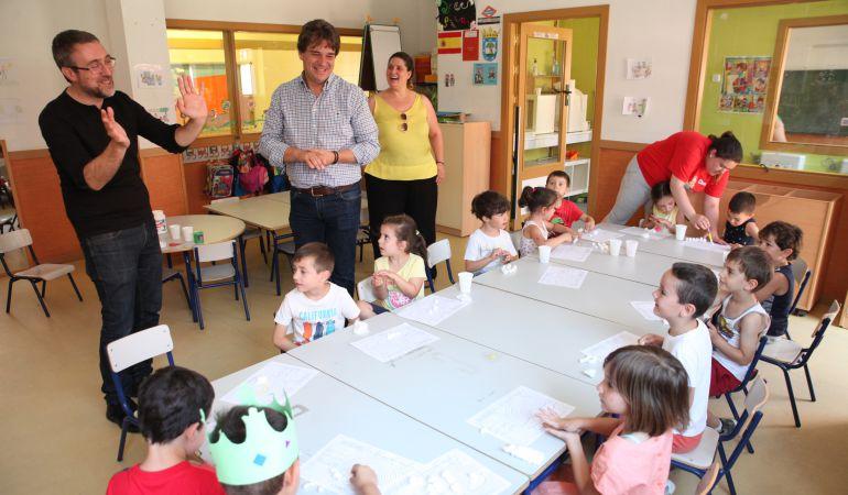 El alcalde, Francisco Javier Ayala, visita una de las Fuenlicolonias.